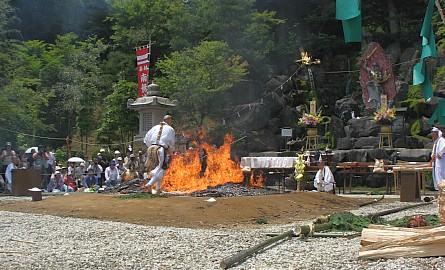 那須波切不動尊火祭り:火渡り