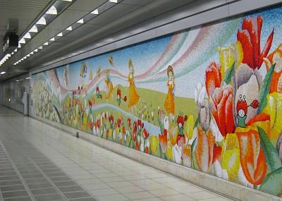 チューリップのモザイク壁画