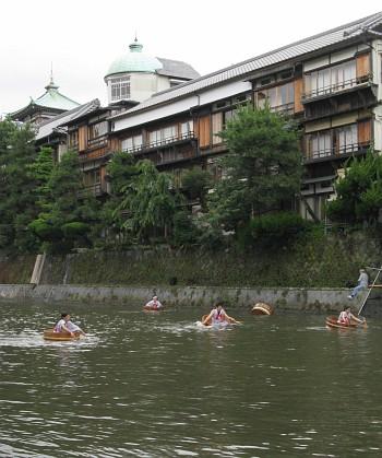 伊東松川タライ乗り競走