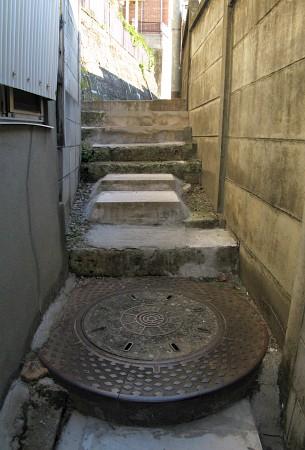 人孔縁塊が階段の一部に